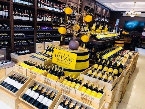 mua rượu vang tại cửa hàng